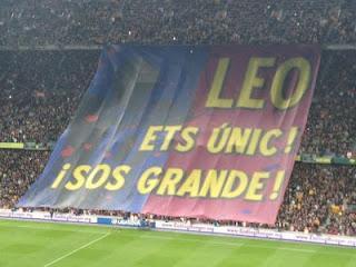 El Camp Nou rinde homenaje a Lionel Messi