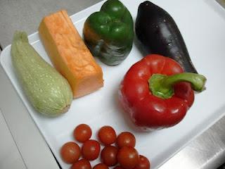 Brochetas de verdura con salsa agridulce.