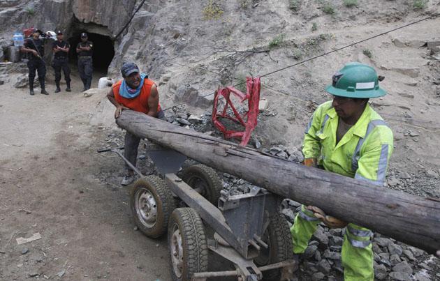 Preparan túnel para rescate de nueve mineros atrapados en Perú