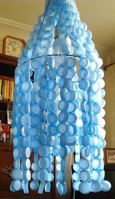 Una idea de que hacer con las tapas de las botellas de agua.