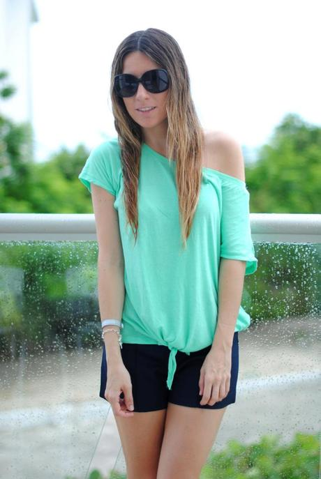 Outfit with mint knotted t-shirt and black shorts by the fashion blogger Mónica Sors, living now in Mexico