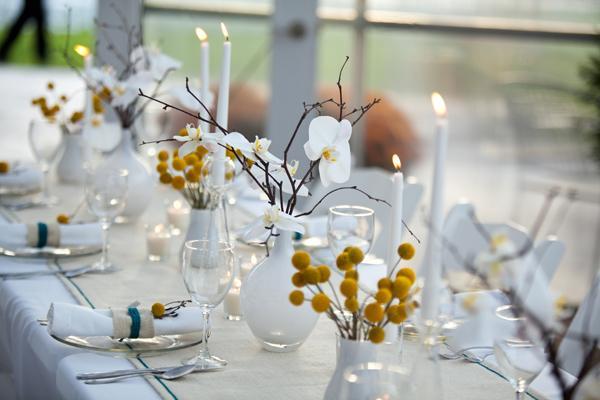 Una decoración de mesa  blanca y moderna
