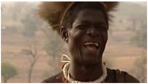 El jefe de la tribu Tamberma se parte de risa cada vez que ve blancos