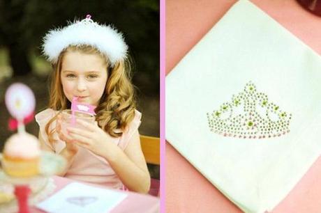 niña disfrazada de princesa y servilleta
