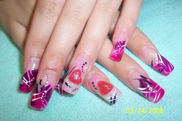 Los diseños de uñas acrílicas suelen ser bastante creativos, donde