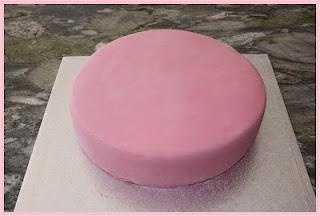 Paso a paso: Montaje de una tarta fondant de dos pisos.