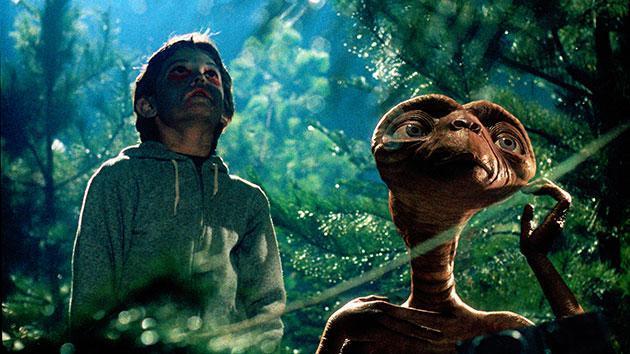 E.T. treinta años despues vuelve a telefonear a casa