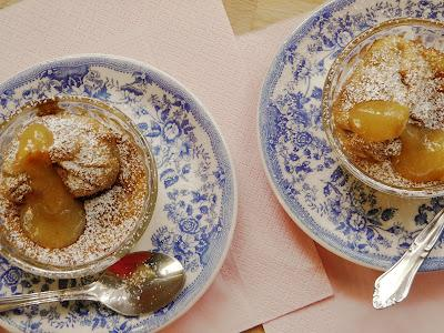 Bizcochitos de chocolate blanco con saquitos de manzana al moscatel, y crema de albaricoques con vainilla.