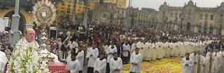 ¡QUE BONITAS SON LAS MANOS QUE NOS LANZAN HACIA DIOS! Fiesta del Corpus en la Plaza de Armas de Lima