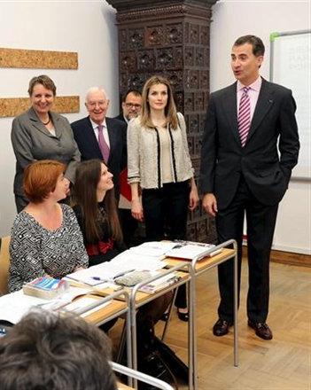 Dña. Letizia en el Instituto Cervantes en Cracovia. Analizamos su look