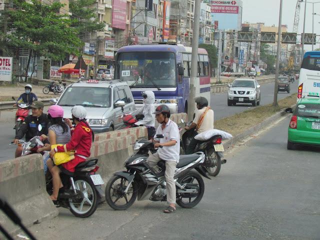 Ho Chi Minh; callejeando por la ciudad.... navegando por el Río Saigón