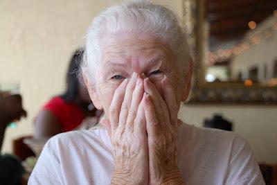 Mujeres, más propensas a variante genética del Alzheimer