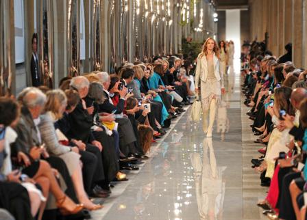 Karolina Kurkova, Hilary Swank, e Inés Sastre, en el front row de Ferragamo, colección crucero 2013, en París