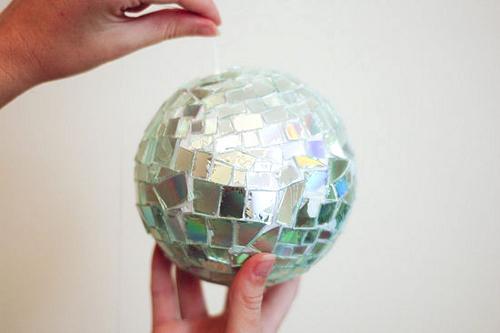 Bola de porexpan forrada con trozos de CD