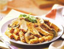 Pollo y champiñones con pasta y salsa de ajo asado