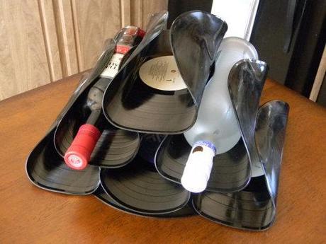 Discos de vinilo reciclados y deformados para almacenar botellas