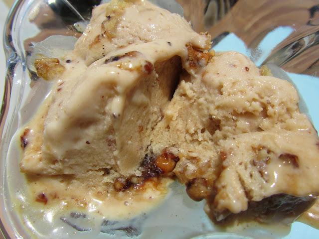 Helado de vainilla y nueces caramelizadas