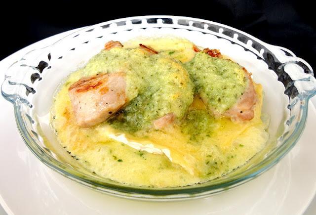 Solomillo en salsa pesto con camembert fundido