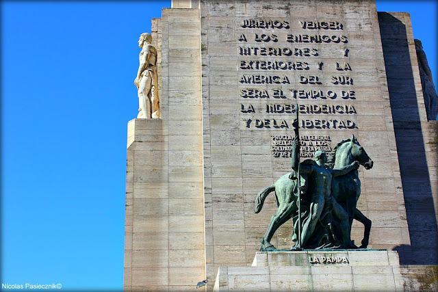 frases célebres y altorrelieves con figuras referidas a la bandera