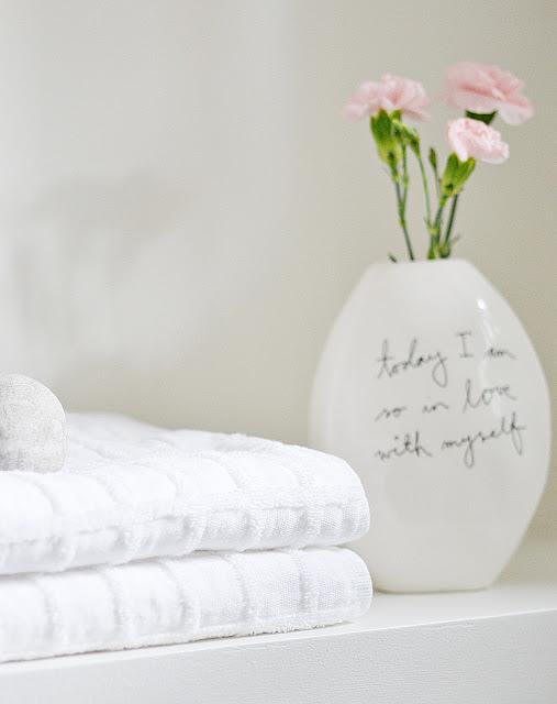 idea decorativa para las toallas de los invitados
