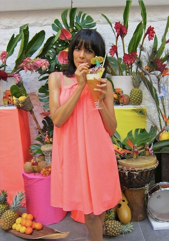 Raquel del Rosario tomándose el coctel