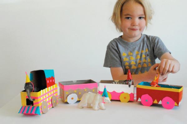 tren de cartón decorado