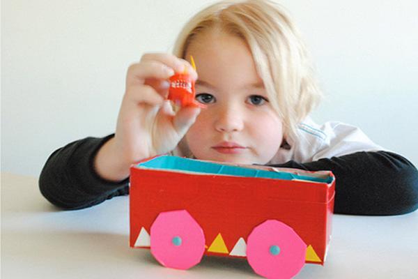 niño con tren decorado