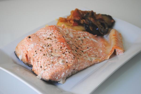 Papillote de salmón con patatas y berenjenas