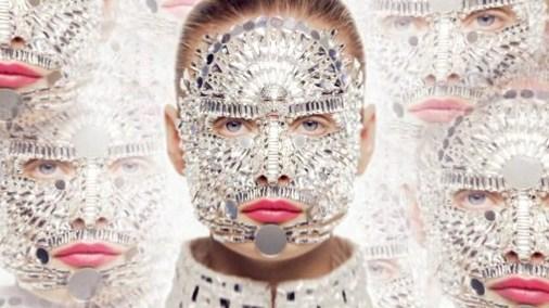 Chanel transforma a Inguna Butane en una mujer espejo para Chanel Rouge Allure