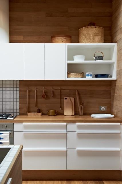 Una cocina con suelos techos y paredes de madera paperblog for Paredes vinilicas cocina