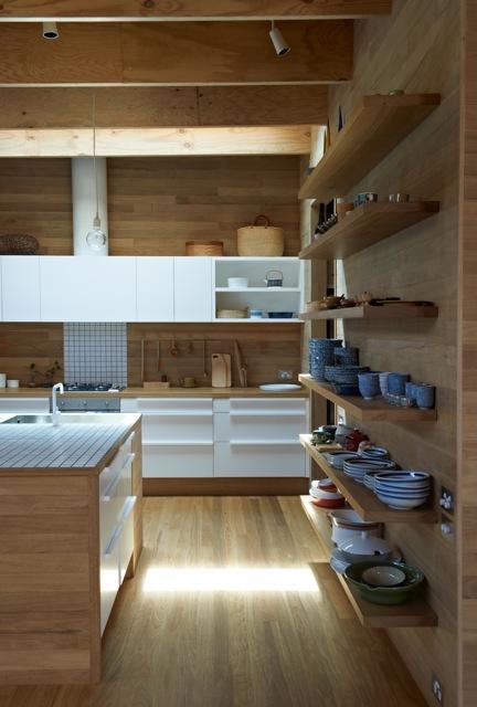 Una cocina con suelos techos y paredes de madera paperblog for Repisas rusticas para cocina