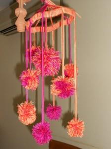 Móvil para niños hecho con pompones de colores