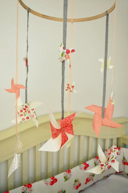 Adorno colgante para bebé con molinos de papel