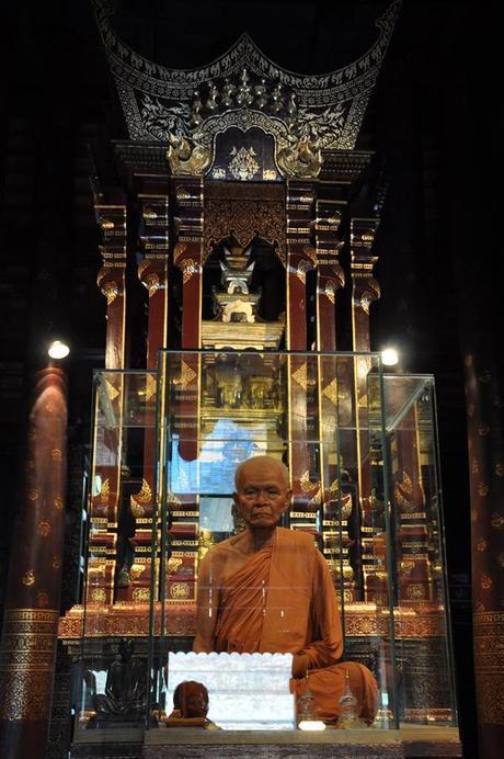 Figura monje Wat Chedi Luang Wat Chedi Luang