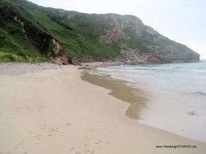 Playa de Andrin en Llanes, en marea alta