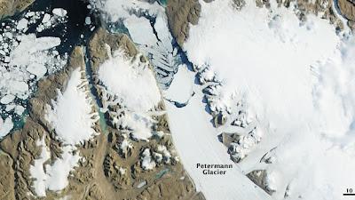 Desprendimiento de un gran bloque de hielo en el glaciar Petermann de Groenlandia