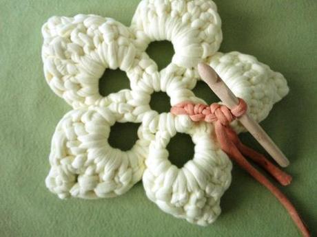 Salvamanteles con forma de flor tejido a ganchillo con trapillo