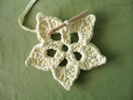 tejer flor de ganchillo hecha con trapillo