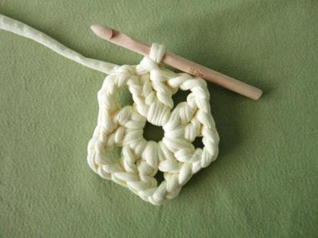 Cómo tejer flor ganchillo con trapillo instrucciones tutorial