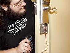 hacker demuestra como abrir habitación hotel placa arduino