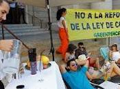 Greenpeace 'monta' playa lujo delante Ministerio Medio Ambiente