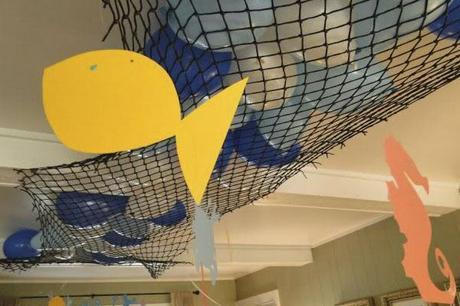 globos con red en el techo para fiesta de cumpleaños