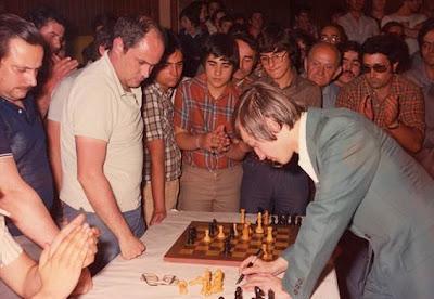 Karpov firmando la partida jugada contra Leandre