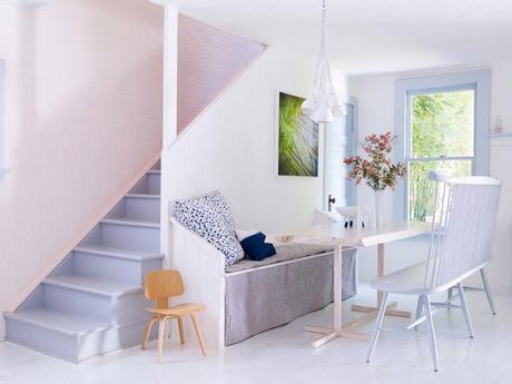Una casa en tonos blancos y azules