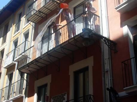 Baldazos de agua desde los balcones para refrescar a la multitud