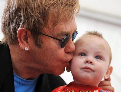 A Elton John le preocupa la posible discrimación que sufra su hijo en el futuro