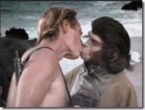 El beso inter-espcies de Charlton Heston a la doctora Zira. Dos culturas, dos especies, uhn simbolo