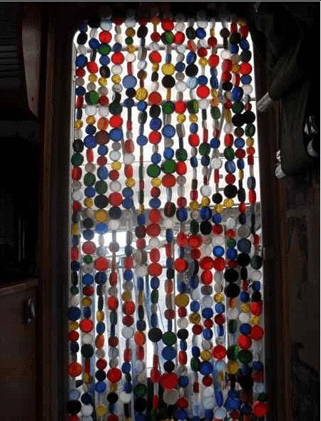 Cortinas para puertas hechas con tapones de pl stico for Cortinas decorativas para puertas