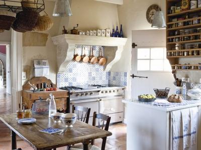 las mesas en las cocinas rusticas