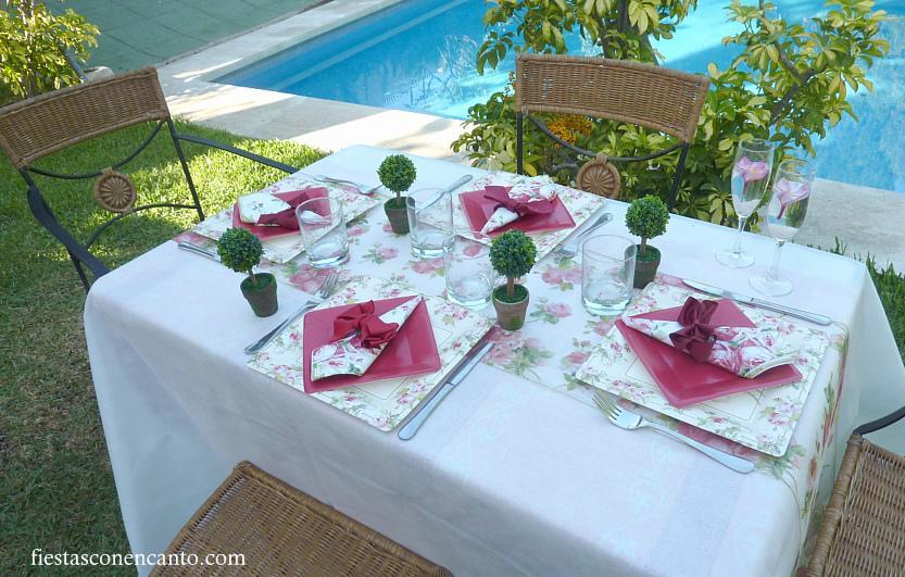 Decoraci n mesa cumplea os con rosas rojas paperblog for Decoracion navidena con papel